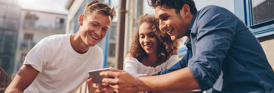 jeunes regardent écran tablette